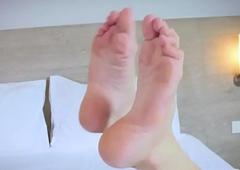 Footfetish ladyboy wiggles her toes