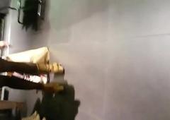 Nena con minifalda exhibiendose en tienda goof up calzones