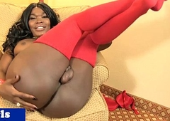 Curvy black tranny playing with the brush cock